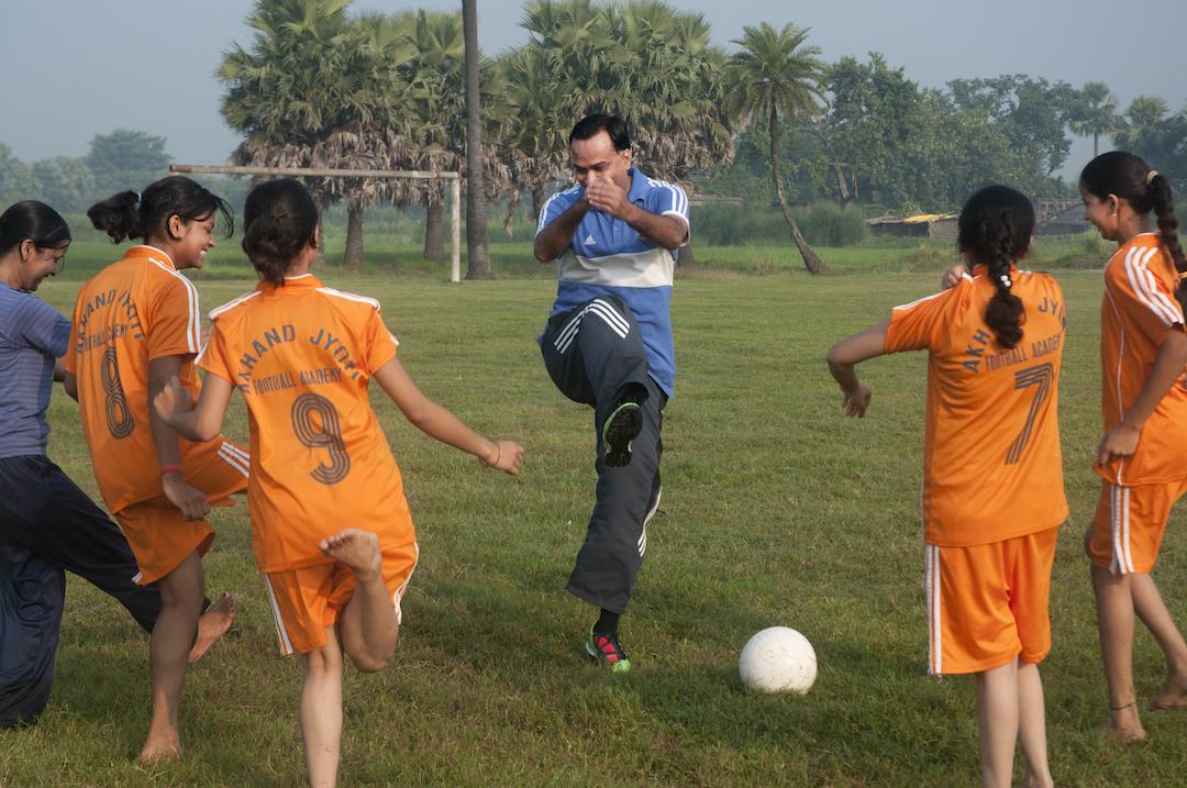 Tiwary coaching the girls