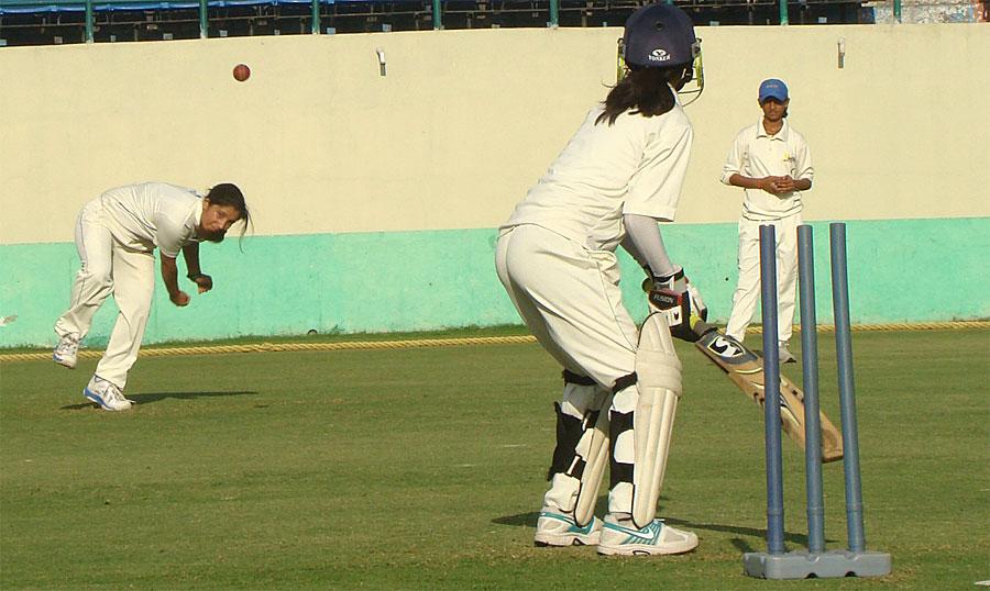 girl-cricket