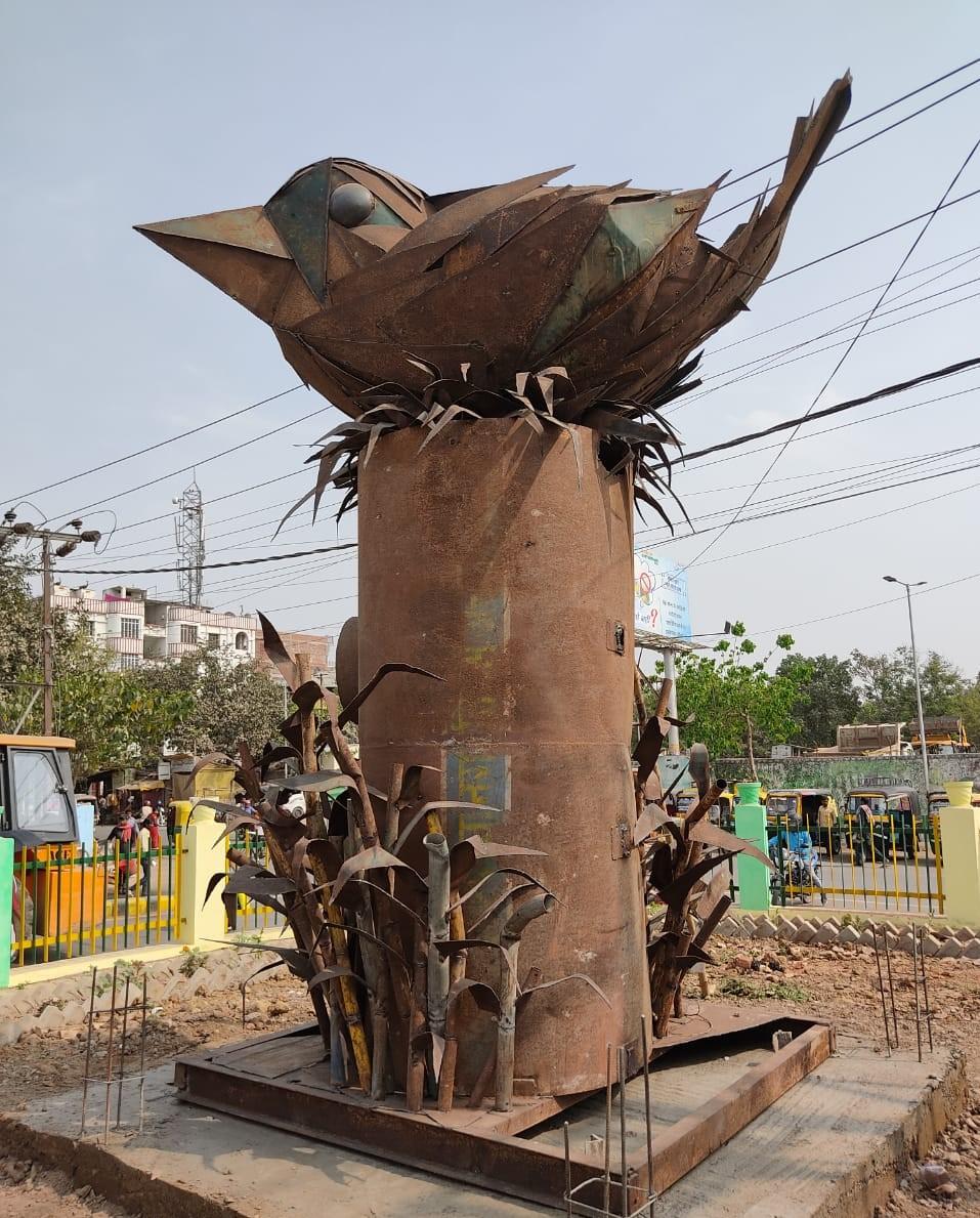 कबाड़ से जुगाड़: विलुप्त होती गोरैया के संरक्षण का संदेश देती कलाकृति से सजा कंकड़बाग टेम्पू स्टैंड का गोलंबर